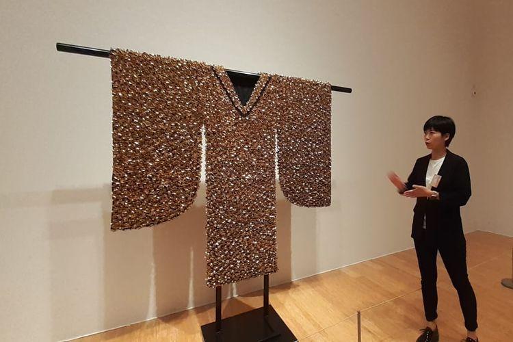 Instalasi seni bernama Prosperity berupa poselen kupu-kupu yang ditempel di kain. Ini merupakan karya seniman Caroline Yi Cheng yang dipamerkan dalam pameran All Thats Gold Does Glitter. Pameran ini merupakan bagian dari Art Macao International Art Exhibition yang digelar di Makau dari Juni-Oktober 2019.