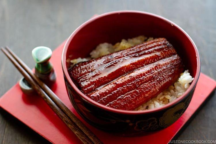 Unagi donburi atau nasi dengan toping belut teriyaki.