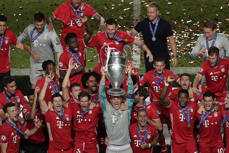 Pemain Bayern Muenchen melakukan selebrasi dengan trofi juara setelah menang dalam laga final Liga Champions melawan Paris Saint-Germain (PSG) di Stadion Da Luz, Lisbon, Portugal, Minggu (23/8/2020). Bayern Muenchen keluar sebagai juara Liga Champions 2019-2020 setelah berhasil menundukkan PSG di final dengan skor 1-0.