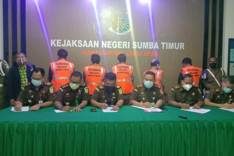 Kepala Kejaksaan Negeri Sumba Timur, Nusa Tenggara Timur (NTT), Okto Rikardo (tengah) menyampaikan keterangan pers terkait kasus dugaan tindak pidana korupsi pengelolaan keuangan daerah pada Dinas Pendidikan Sumba Timurdi Kantor Kejari Sumba Timur, Selasa (18/5/2021) malam.