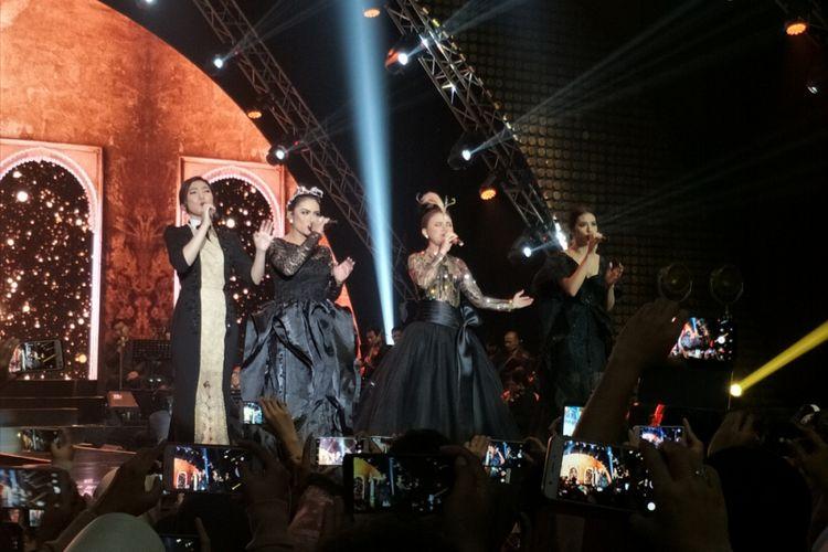 Krisdayanti, Rossa, Raisa, dan Isyana Sarasvati yang berjuluk The Greatest Four tampil dalam konser Ayat Ayat Cinta 2 yang berlangsung di Jakarta Convention Center (JCC) Senayan, Jakarta Selatan, Rabu (20/12/2017) malam.