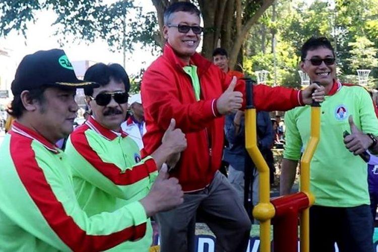 Kementerian Pemuda dan Olahraga RI melalui Deputi III Bidang Pembudayaan Olahraga, menyerahkan bantuan kepada Pemerintah Kabupaten (Pemkab) Wonosobo, berupa alat kebugaran untuk masyarakat yang dipasang pada dua titik di Alun-alun Kota Wonosobo.