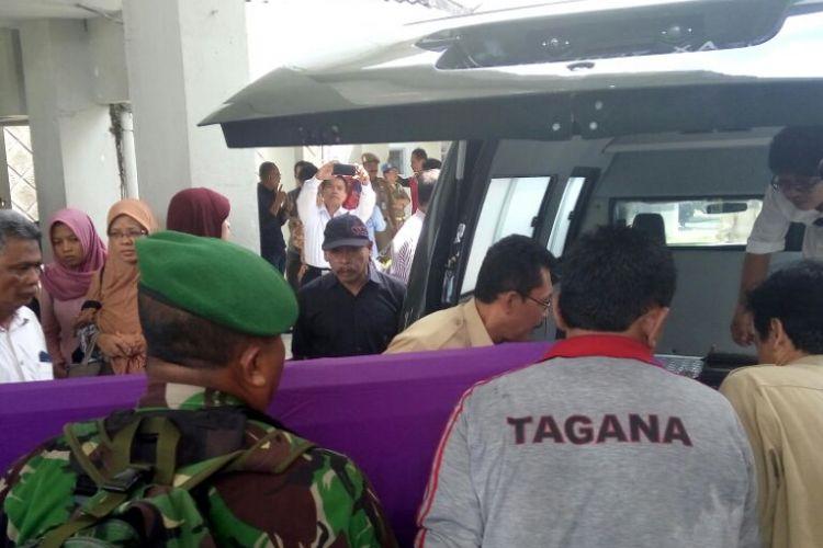 Jenazah S Parmudji Ayah dari Gubernur Jawa Tengah, Ganjar Pranowo saat dimasukan ke mobil ambulan sebelum dibawa ke Kutoarjo, Jawa Tengah