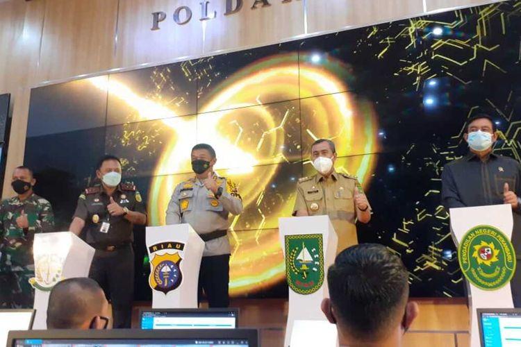 Kapolda Riau Irjen Pol Agung Setya Imam Effendi dan Gubernur Riau Syamsuar saat mengikuti peluncuran tilang elektronik secara virtual di RSDC Rumbai di Kota Pekanbaru, Riau, Selasa (23/3/2021).