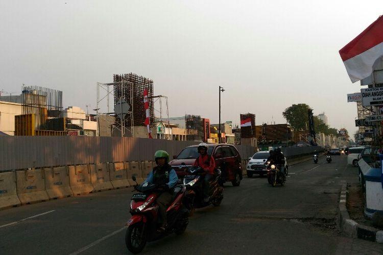 Kondisi terkini pembangunan LRT Jakarta di Kelapa Gading, Jakarta Utara. Foto diambil Sabtu (12/8/2017).