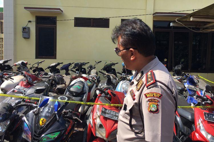 Kabagops Polres Metro Bekasi Kota, AKBP Aslan Sulastono mengatakan Polres Metro Bekasi Kota Sita 155 motor Bodong di Balai Kemitraan Polisi dan Masyarakat (BPKM) Komsen Kota Bekasi, Jumat (25/8/2017).