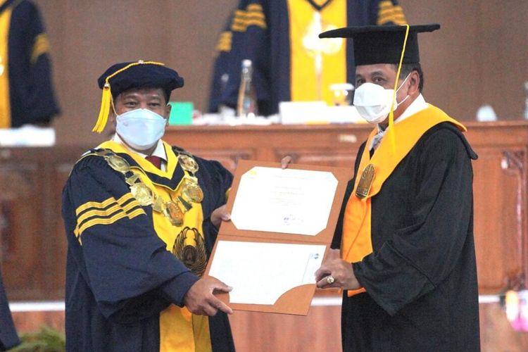 Universitas Negeri Semarang (Unnes) memberikan gelar Doktor Honoris Causa kepada mantan Ketua Umum Nurdin Halid pada Kamis (11/2/2021).