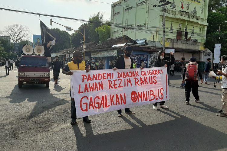 Massa aksi dari Aliansi Rakyat Bergerak saat tiba di Simpang Tiga Gejayan, Sleman untuk menolak Omnibus Law.
