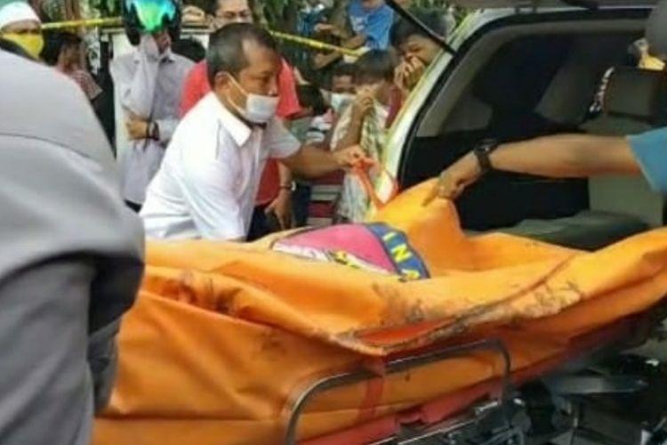 Jasad SA (25) dievakuasi petugas kepolisian setelah ditemukan terkubur di depan rumahnya di Desa Karya Indah, Kecamatan Tapung, Kabupaten Kampar, Riau, Selasa (8/6/2021).