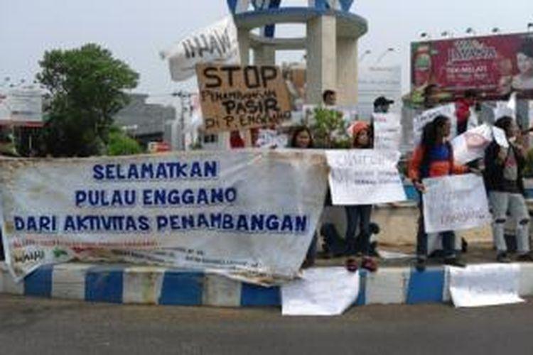 Aktivis lingkungan hidup dan warga Pulau Enggano menggelar aksi unjuk rasa menolak tambang pasir di pulau tersebut.