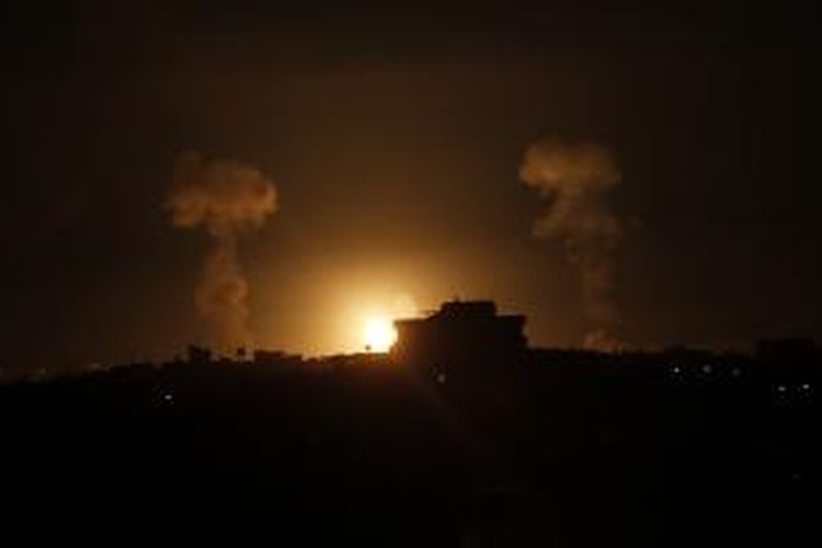 Bola api terlihat di langit Palestina, Rabu (9/7/2014), menyusul serangan udara Israel di Jalur Gaza.