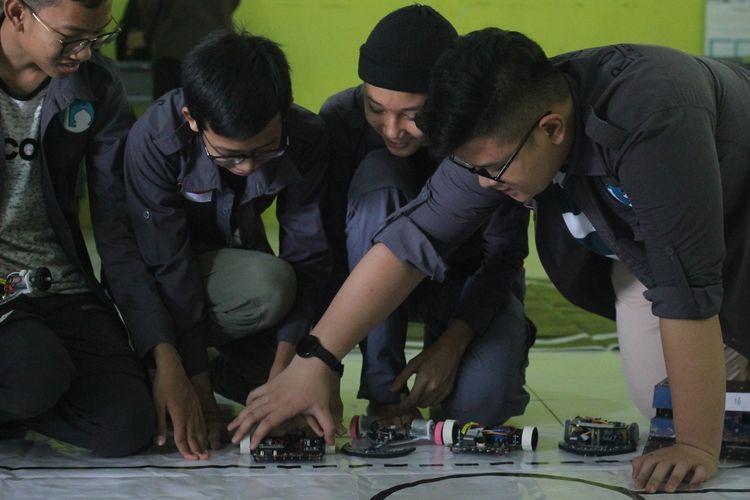Aktivitas robotika Moch Afzal Mulkan Djunaedi (14) bersama teman sehobinya.