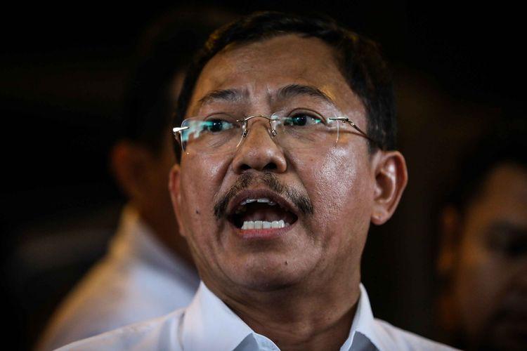 Menteri Kesehatan, Terawan Agus Putranto memberikan keterangan kepada wartawan menjelang kedatangan WNI dari natuna di Bandara Halim Perdana Kusuma, Jakarta Timur, Sabtu (15/2/2020).