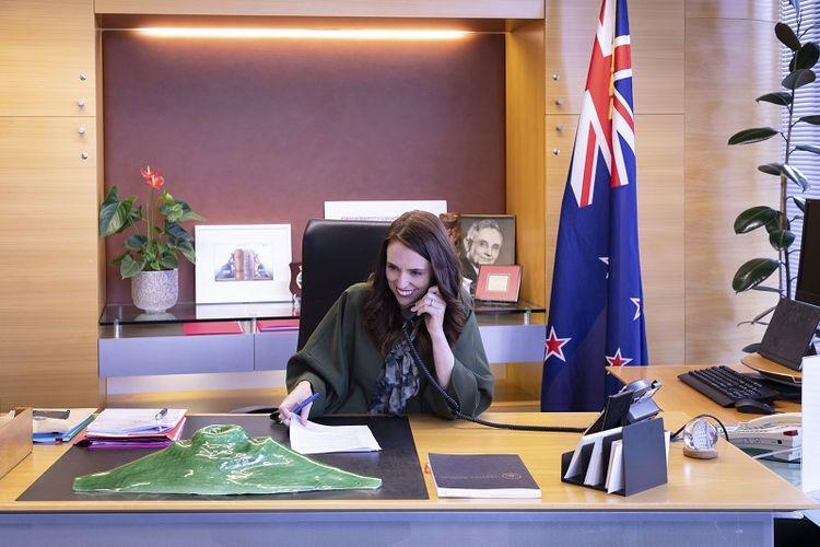 Dalam foto yang disediakan oleh Kantor Perdana Menteri Selandia Baru ini, Perdana Menteri Jacinda Ardern berbicara dengan Presiden terpilih AS Joe Biden melalui telepon di kantornya di Wellington, Selandia Baru, Senin, 23 November 2020.