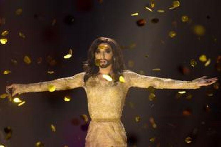 Penyanyi waria dari Austria, Conchita Wurst, membawakan lagu Rise Like a Phoenix sesudah diumumkan menjadi pemenang babak grand final Eurovision Song Contest 2014, di Kopenhagen, Denmark, Sabtu (10/5/2014).