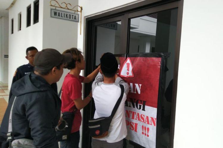 Mahasiswa dan elemen masyarakat menyegel ruang Wali Kota Tasikmalaya Budi Budiman yang berstatus tersangka KPK selama ini, Kamis (15/8/2019).
