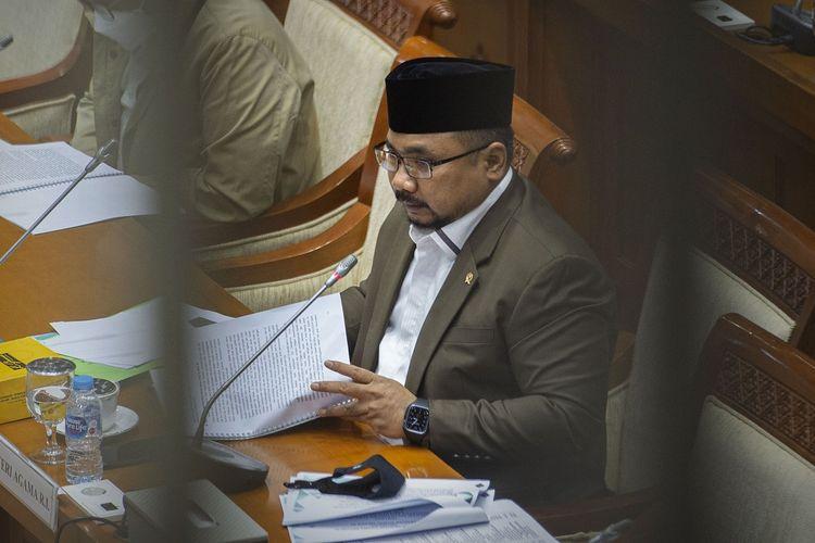 Menteri Agama Yaqut Cholil Qoumas menyampaikan paparan saat rapat kerja dengan Komisi VIII DPR di kompleks Parlemen, Senayan, Jakarta, Senin (18/1/2021). Selain mengevaluasi pelaksanaan APBN tahun anggaran 2020, rapat tersebut juga membahas isu-isu aktual, salah satunya dalam penyelenggaraan haji dan umroh pada 2021 di tengah pandemi COVID-19. ANTARA FOTO/Aditya Pradana Putra/rwa.
