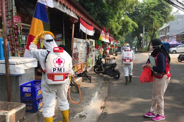 Relawan PMI melakukan penyemprotan disinfektan di lokasi Pujasera Blok S, Kebayoran Baru, Jakarta Selatan guna mencegah penularan COVID-19, Rabu (12/8/2020)