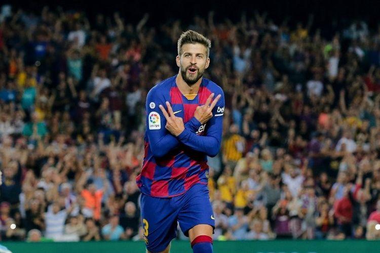 Bek Spanyol Barcelona Gerard Pique melakukan selebrasi setelah mencetak gol pada pertandingan sepak bola liga Spanyol FC Barcelona melawan Valencia CF di stadion Camp Nou di Barcelona pada 14 September 2019.