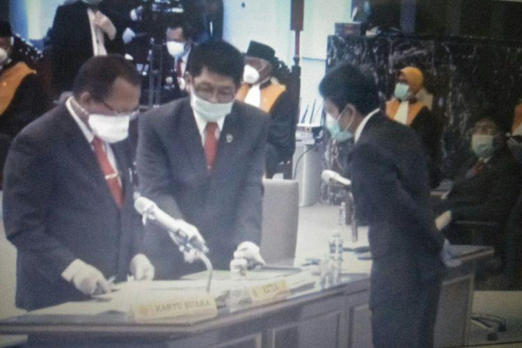 Panitia Pemilihan Ketua MA Menggunakan Masker untuk Cegah Covid-19 di Kantor Mahkamah Agung, Jakarta, Senin (6/4/2020)