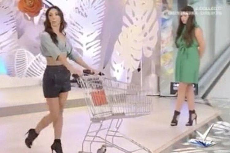 Salah satu adegan dalam tutorial berbelanja dengan cara yang seksi yang tayang dalam salah satu episode Detto Fatto di Italia