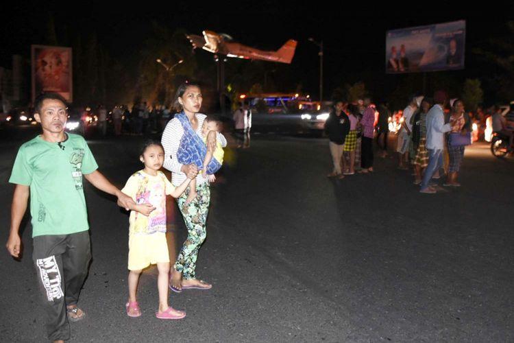 Warga panik ketika terjadi gempa bermagnitudo 7 di perempatan Eks Bandara Selaparang, Rembiga, Mataram, NTB, Minggu (5/8/2018).