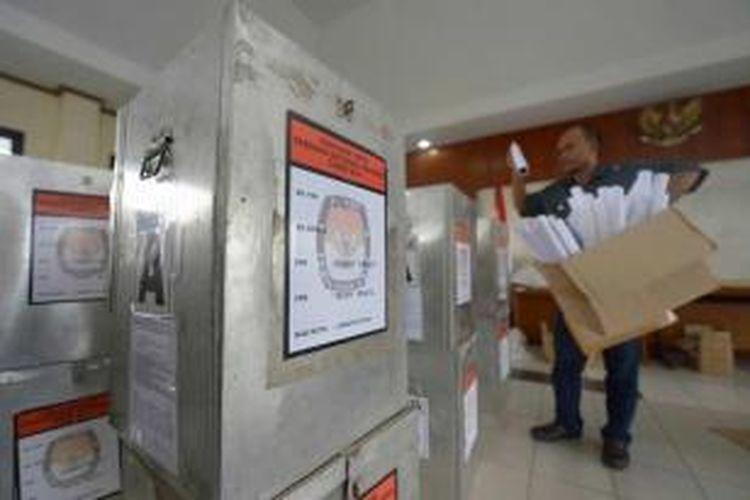 Petugas memeriksa perlengkapan pemungutan suara di KPUD di Jakarta, Senin, 7 Juli 2014. Indonesia akan melaksanakan pemungutan suara untuk memilih presiden pada 9 Juli.