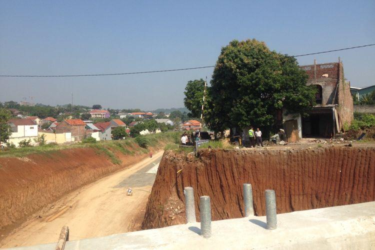 Pengadilan Negeri Semarang melakukan eksekusi terhadap rumah yang berada tepat di tengah jalan tol Semarang-Batang, Kamis (3/5/2018).