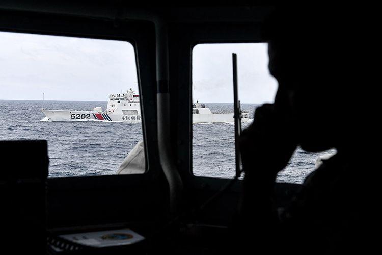 Kapal Coast Guard China-5202 membayangi KRI Usman Harun-359 saat melaksanakan patroli mendekati kapal nelayan pukat China yang melakukan penangkapan ikan di ZEE Indonesia Utara Pulau Natuna, Sabtu (11/1/2020). Dalam patroli tersebut KRI Usman Harun-359 bersama KRI Jhon Lie-358 dan KRI Karel Satsuitubun-356 melakukan patroli dan bertemu enam kapal Coast Guard China, satu kapal pengawas perikanan China, dan 49 kapal nelayan pukat asing.