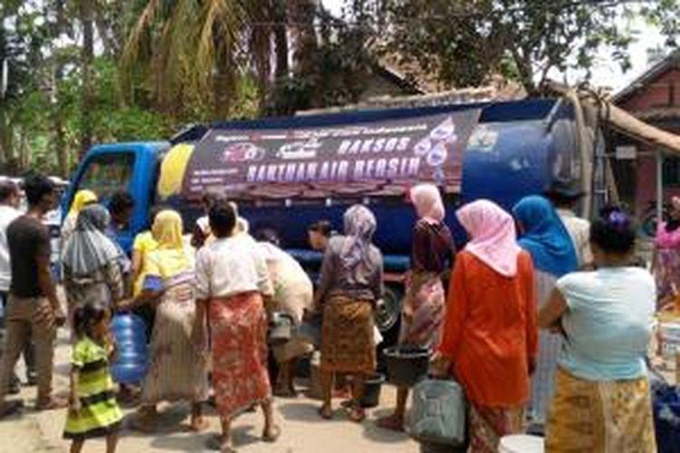 Toyota Etios Valco Club Indonesia (TEVCI) menyalurkan air bersih ke desa-desa di Carenang dan Cikande di Serang, Banten, Sabtu (12/9/2015).
