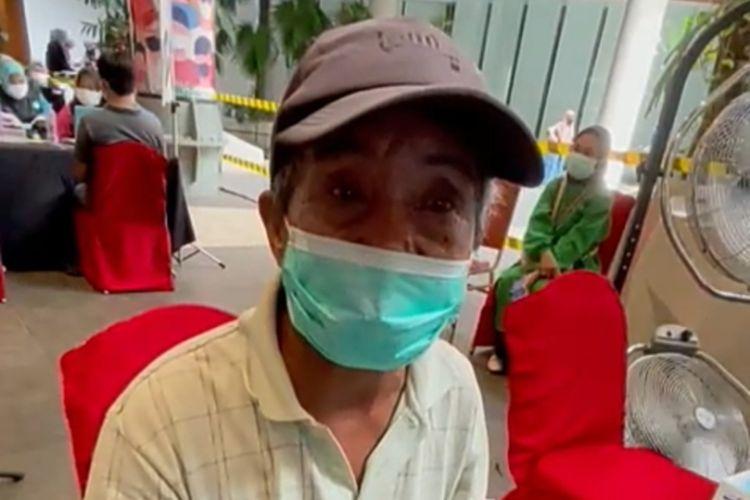 eorang kakek, Syafarufuddin (67) yang kesehariannya bekerja sebagai kuli isi ulang galon air dan cuci mobil bersusah payah mengayuh sepeda pinjamannya sekitar puluhan KM untuk mengikuti vaksinasi Covid-19 di Nipah Mall, Rabu (28/7/2021).
