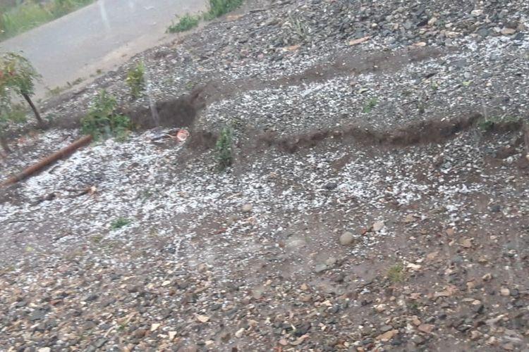 Hujan es terjadi di Kecamatan Miomafo Timur, Kabupaten Timor Tengah Utara, Nusa Tenggara Timur