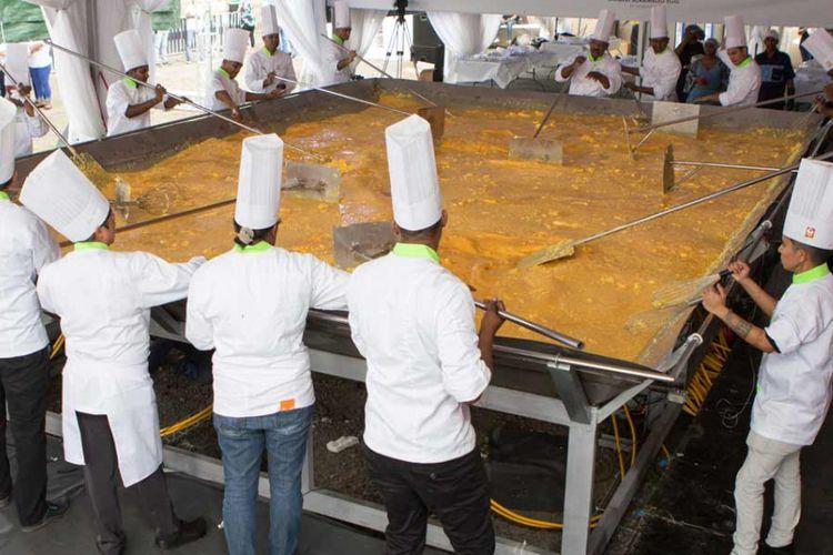 Para juru masak sedang mengolah telur orak-arik terbesar di dunia dalam upaya memecahkan rekor Guinness di Mauritius pada 27 Oktober 2018.