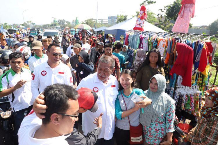 Calon Gubernur nomor urut 4 Deddy Mizwar berkunjung ke Pasar Kaget Jalan Lingkar Kabupaten Sukabumi, Minggu (29/4/2018).