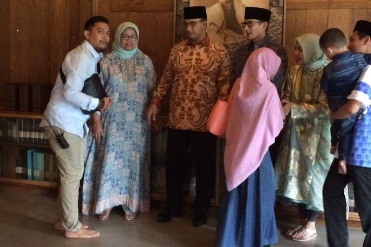 Gubernur bersama Wakil Gubernur terpilih DKI Jakarta, Anies Baswedan dan Sandiaga Uno, menyapa warga pada open house di kediaman Anies, Lebak Bulus, Jakarta Selatan, Senin (26/6/2017) sore.