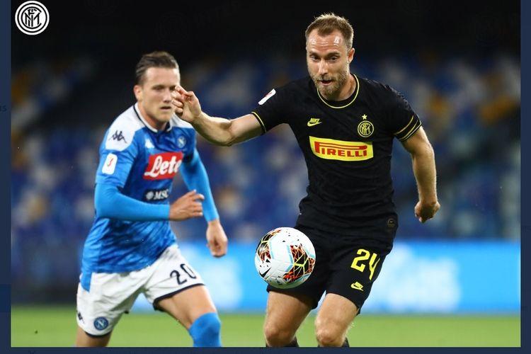 Christian Eriksen mencoba mengamankan bola dalam laga Napoli vs Inter di semifinal leg kedua Piala Italia atau Coppa Italia, Minggu (14/6/2020) dini hari WIB.
