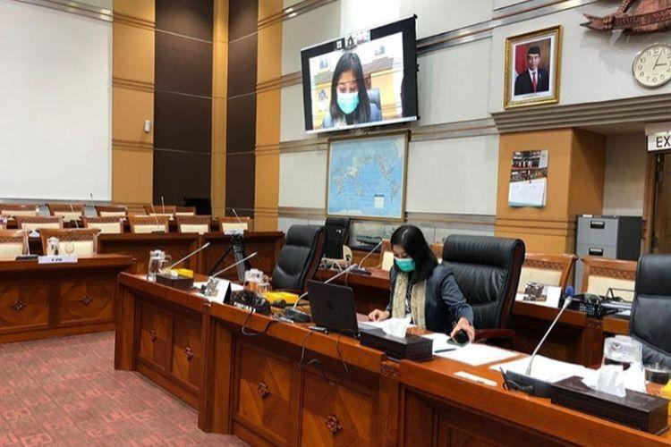 Ketua Komisi I DPR RI Meutya Hafid memimpin rapat kerja dengan video conference di gedung DPR RI.
