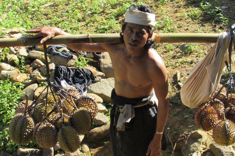 Seorang pria Baduy Dalam sedang menjajakan durian di perkampungan Baduy Luar.