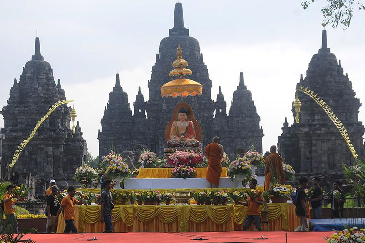 Sejumlah Umat Buddha menata bunga altar di Candi Sewu, Prambanan, Klaten, Jawa Tengah, Sabtu (18/5/2019). Pesiapan tersebut dilakukan untuk menyambut rangkaian detik-detik hari raya Waisak 2563 BE/2019.