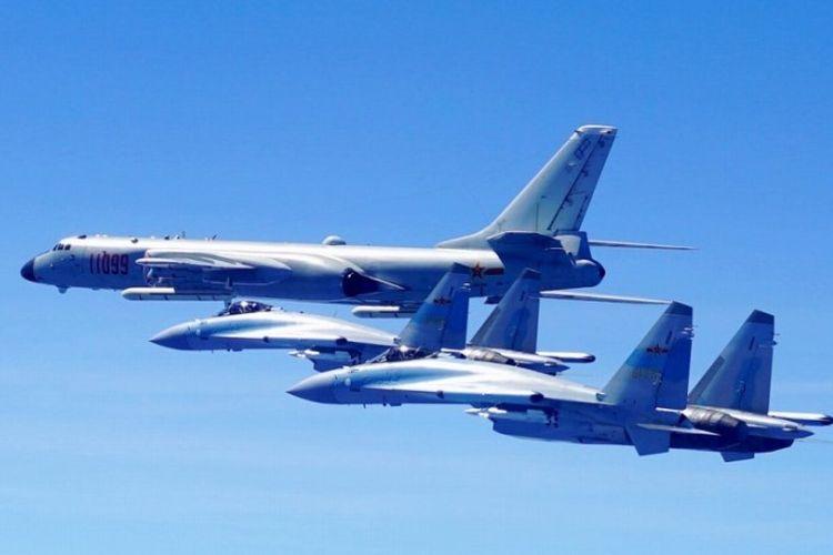 Ilustrasi beberapa tipe pesawat yang dimiliki Angkatan Udara China, pesawat pembom Xian H-6K (atas) dan Sukhoi Su-35.