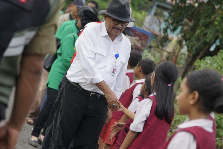 Johozua M. Yoltuwu, Direktur Jenderal Pengembangan Daerah Tertentu, Kemendes PDTT saat berkunjung ke Desa Nuca Molas, satu-satunya desa di Pulau Mules, Kamis, (22/3/2018).