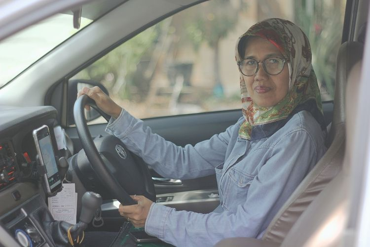 Sawitri Dharmastuti, salah satu pengemudi GrabCar wanita.