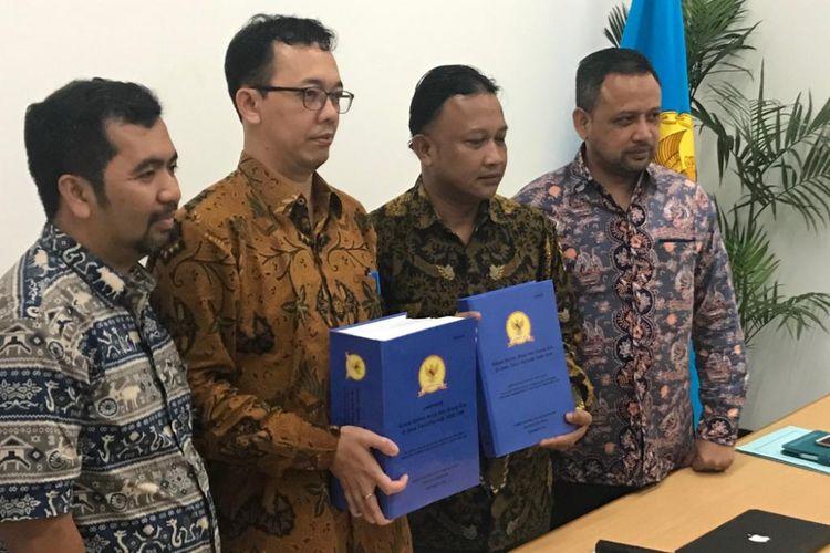 Ketua tim penyelidikan pelanggaran HAM berat peristiwa pembunuhan dukun santet tahun 1998-1999, Beka Ulung Hapsara (kedua dari kiri) dan wakil tim penyelidikan Mohammad Choirul Anam (kedua dari kanan), saat konferensi pers di Media Center Komnas HAM, Gedung Komnas HAM, Jakarta Pusat, Selasa (15/1/2019).