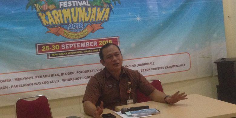 Kepala Bidang Pemasaran Disporapar Jawa Tengah, Alamsyah, memberi keterangan terkait pembukaan Festival Karimunjawa 2018, Selasa (25/9/2018). Festival Karimunjawa dilaksanakan pada 25-30 September 2018.
