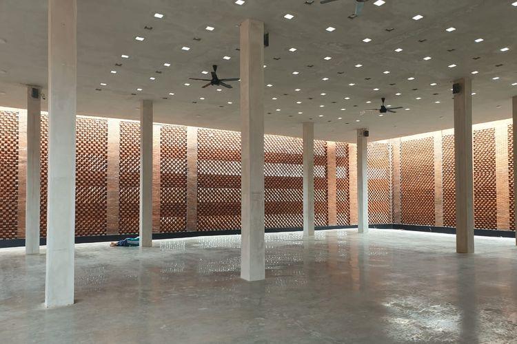 Area dalam masjid diRest Area KM 260B Heritage-Banjaratma. Masjid dirancang dengan fasa bata dan sirkulasi udara alami sehingga tidak membutuhkan pendingin ruangan.