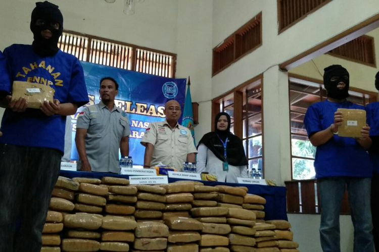 Tampak ratusan kilogram paket ganja hasil ungkapan BNNP Jabar tengah diperlihatkan kepada media di Kantor BNNP Jabar, Kota Bandung Jabar, Selasa (4/12/2018).
