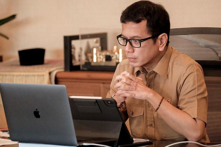 Menteri Pariwisata dan Ekonomi Kreatif atau Badan Pariwisata dan Ekonomi Kreatif, Wishnutama Kusubandio saat menyusun protokol pelaksanaan CHS melalui laptop, Jumat (29/5/2020).