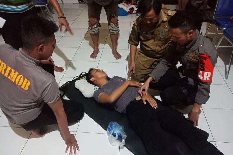 Anggota  SAR Brimob Kompi C Pelopor Purwakarta Bripda Armanjas Tri Baskara dipatuk ular saat membantu warga yang kebanjiran di Kampung Pangasinan Desa Karangligar, Kecamatan Telukjambe Barat, Kabupaten Karawang, pada Selasa (25/2/2020) malam.