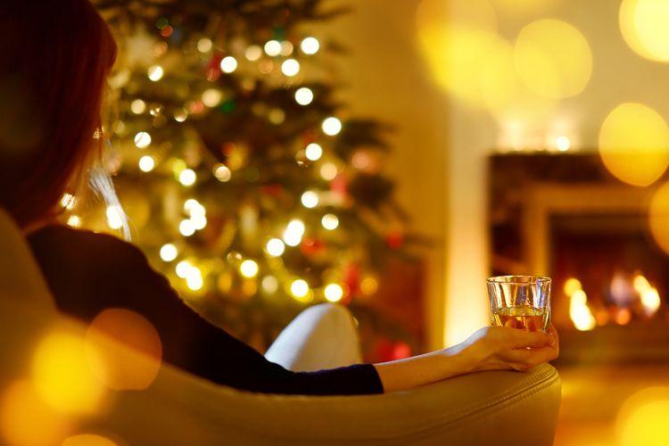 Seorang perempuan sendiri di momen Natal.