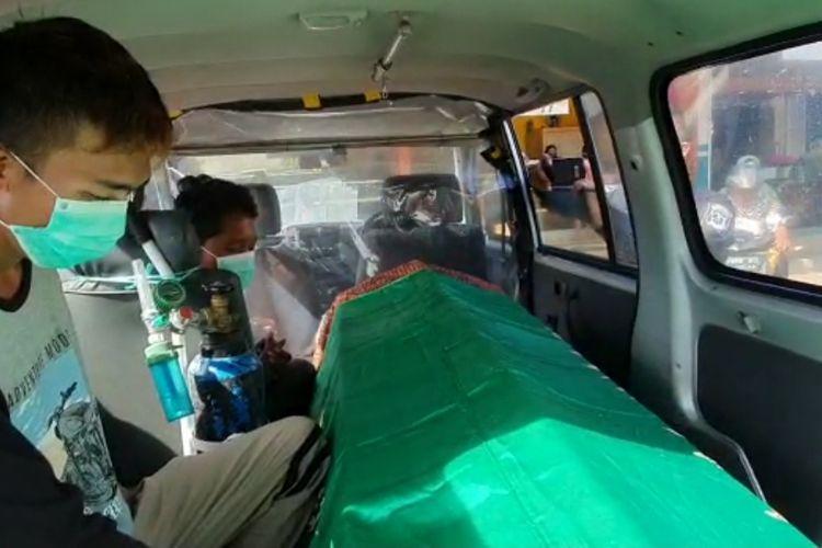 Pembeli di Pasar Maron dihukum duduk di kursi mobil jenazah.